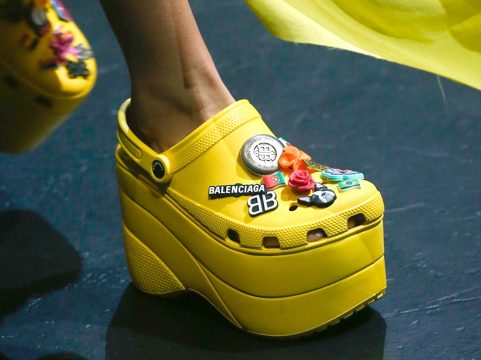 90s_trends_colour_2018_balenciaga_crocs