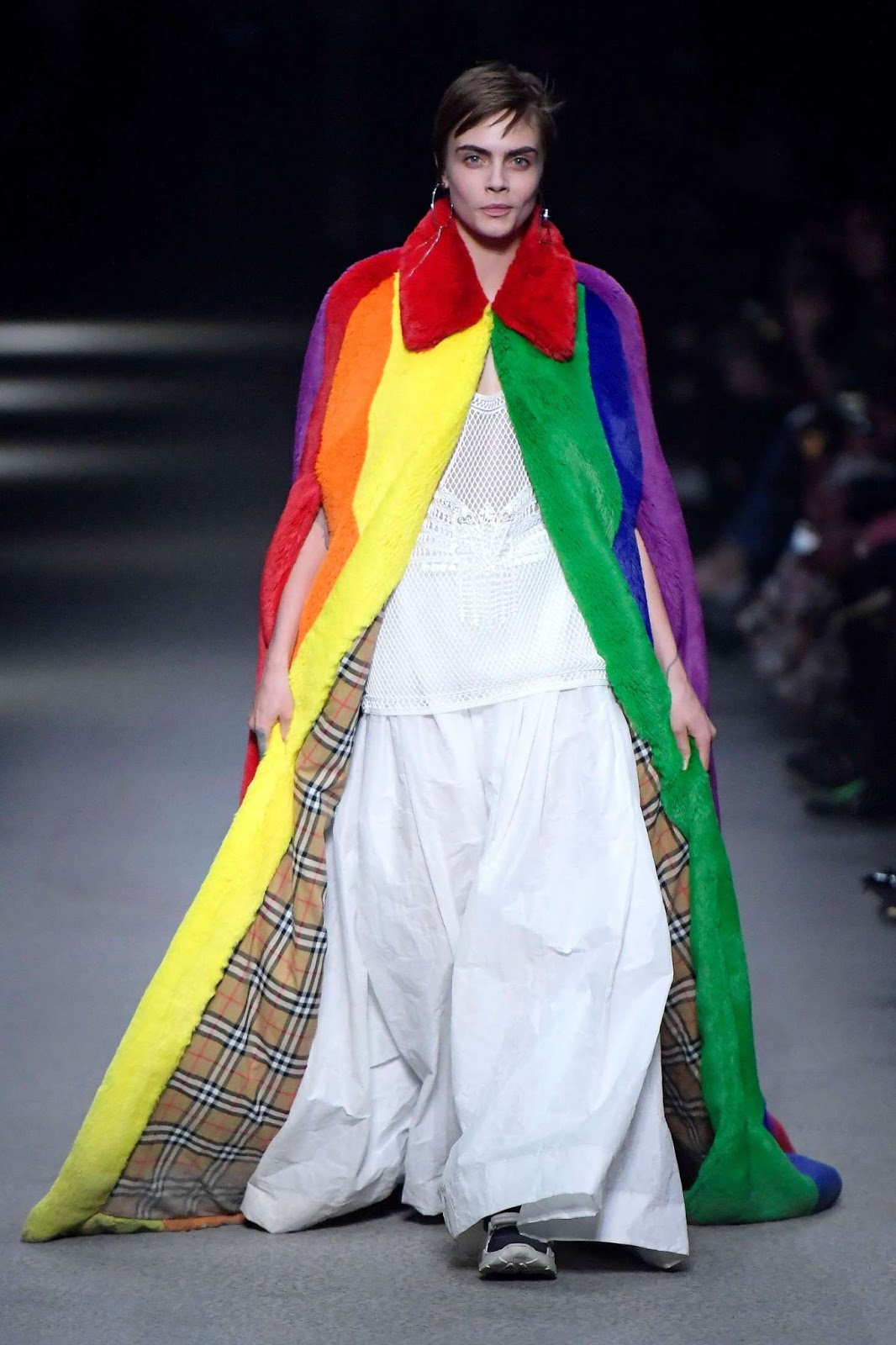 cara_delevigne_chav_burberry_2018_fashion_90s_rainbow_coat