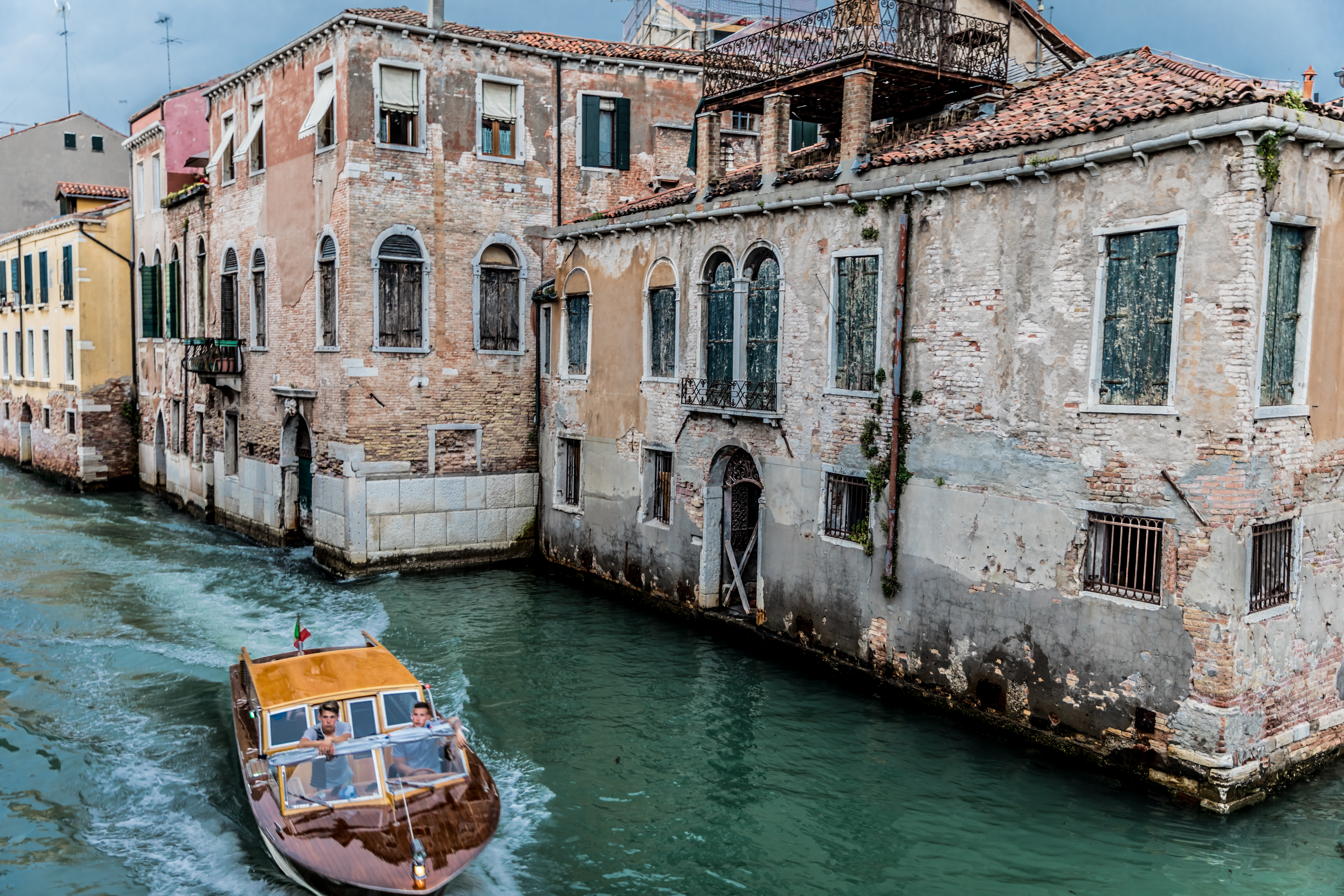santa-croce-venice-canal-dilapidated-buildings-italy